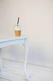 Crème de Latte sur la table en bois blanche images libres de droits