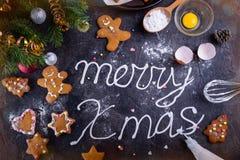 Crème de meringue de vue supérieure marquant avec des lettres le Joyeux Noël sur le fond en pierre noir avec des ingrediens et de Photo libre de droits
