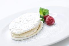 Crème de noix de coco avec des framboises du plat blanc, pâtisserie, dessert doux, photographie en ligne de boutique Photographie stock