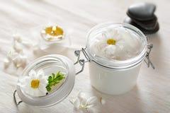Crème de peau et fleur de beauté Images libres de droits