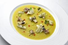 Crème de plat de poisson des topinambours avec le safran et le calmar W Photographie stock libre de droits