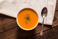 Crème de potiron avec la ciboulette et le persil sur la table en bois photographie stock libre de droits