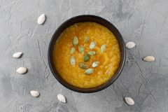 Crème de potiron dans la cuvette homemade Nourriture saine images libres de droits