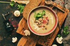 Crème de soupe à champignons sur une planche à découper, fond rustique Hiver chauffant la soupe chaude Vue supérieure, configurat photo stock