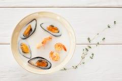 Crème de soupe à fruits de mer avec l'espace libre de romarin Image stock