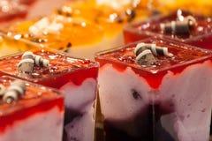 Crème de tasse de différentes saveurs image libre de droits