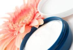 Crème de visage avec la fleur photos libres de droits