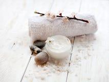 Crème de visage avec la fleur d'abricot Photographie stock libre de droits