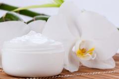 Crème de visage cosmétique sur le fond en bois Photos libres de droits