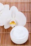 Crème de visage cosmétique sur le fond en bois Images libres de droits