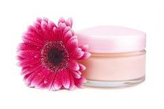 Crème de visage et fleur de gerbera photographie stock