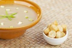 Crème des croûtons de soupe et de pain à champignons Photos stock