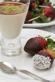 crème et fraises Photos libres de droits