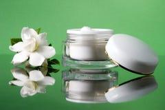 Crème et gardenias de visage Image libre de droits