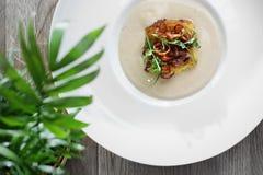 Crème exquise appétissante de soupe avec le chou-fleur rôti photo libre de droits