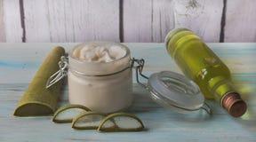 Crème faite maison de Vera d'aloès dans un pot en verre, avec les feuilles coupées d'aloès photo libre de droits