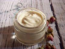 Crème faite maison des roses pour le visage image stock