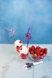 Crème fouettée avec des fraises Photos libres de droits