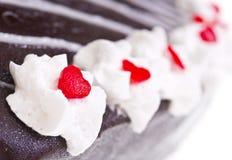 Crème fouettée sur le gâteau de chocolat Image libre de droits