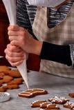 Crème fraîche de préparation de biscuits de Noël Photographie stock libre de droits