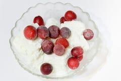 Crème glacée avec des canneberges photo stock