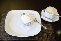 Crème glacée avec des morceaux de fruit dans une cuvette photo libre de droits