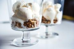 Crème glacée avec des noix dans un verre Photo stock