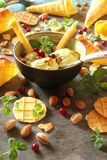 Crème glacée avec des pistaches et des cornets de crème glacée, avec des baies, minute Image stock