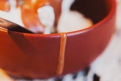 Crème glacée avec l'écrimage de chocolat dans une cuvette Image stock