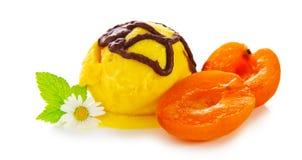 Crème glacée avec l'abricot Photographie stock