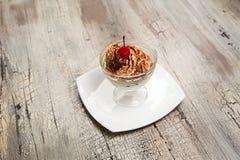 Crème glacée avec la miette et la cerise de chocolat dans la cuvette Photo libre de droits