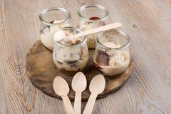 Crème glacée chaude avec des prunes en verres de dessert Images libres de droits