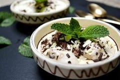 Crème glacée d'été dans une cuvette Photo libre de droits