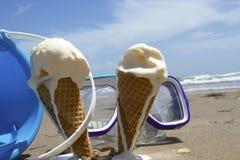 Crème glacée d'été sur la plage Photographie stock libre de droits
