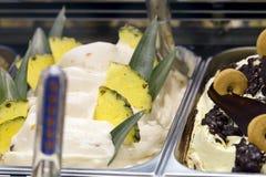 Crème glacée d'ananas et de biscuit Photos stock