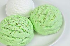 Crème glacée d'aspérule et glace à la vanille, scoops de crème glacée, macro Images libres de droits