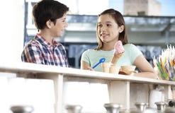 Crème glacée d'And Sister With de frère regardant l'un l'autre Photographie stock