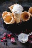Crème glacée dans des cônes de gaufrette Photos stock