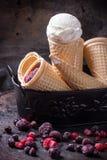 Crème glacée dans des cônes de gaufrette Images libres de droits