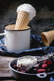 Crème glacée dans des cônes de gaufrette Photos libres de droits