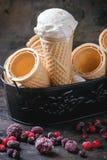 Crème glacée dans des cônes de gaufrette Photo libre de droits