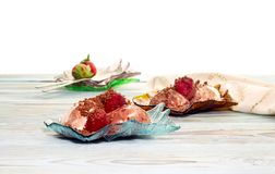 Crème glacée dans des soucoupes avec des fraises de sirop Photo libre de droits
