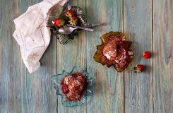 Crème glacée dans des soucoupes avec des fraises de sirop Images stock