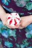Crème glacée dans la femme agée de mains images libres de droits