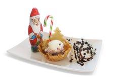 Crème glacée dans le cône/cuvette de gaufrette avec la décoration de Noël Photos stock