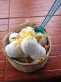 Crème glacée dans un bol de noix de coco Photo libre de droits