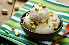 Crème glacée de banane d'anarcadiers de Vegan avec des pistaches photo libre de droits