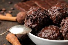 Crème glacée de chocolat avec du chocolat liquide avec un bâton de cannelle et des grains de café sur un fond foncé photo stock