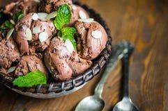 Crème glacée de chocolat avec la menthe et les amandes sur le fond en bois image libre de droits