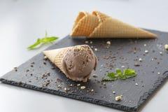 Crème glacée de chocolat avec les écrous et la menthe photos stock